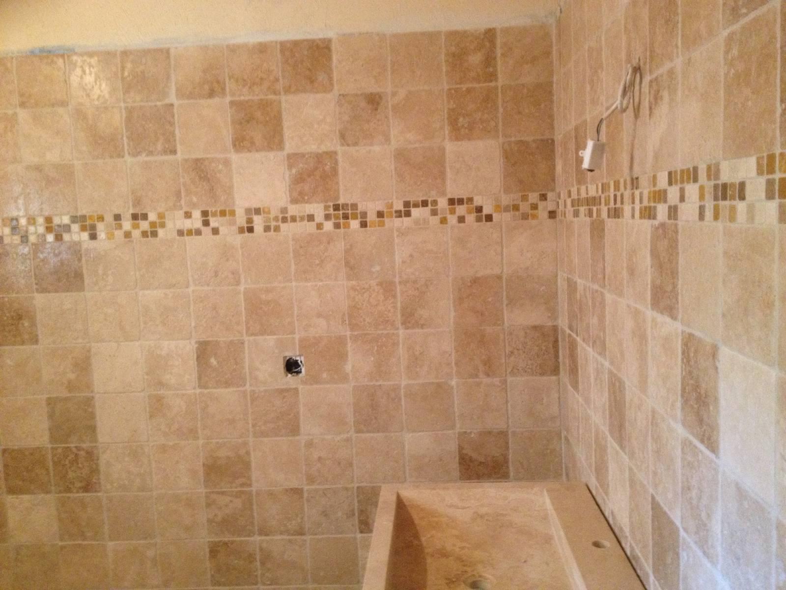 Salle de bain en travertin classique à Libourne - Vente et pose de