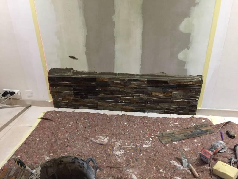 parement de pierre derri re un po le bois montpon. Black Bedroom Furniture Sets. Home Design Ideas